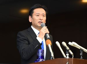 自衛隊輸送機オスプレイの佐賀空港配備計画を受け入れる考えを表明した山口祥義知事=24日午後、佐賀市の佐賀県庁