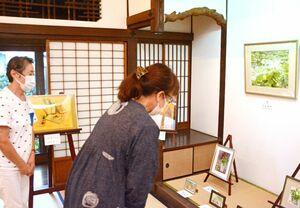 八谷真弓さんに師事する11人の作品が並ぶ会場=佐賀市の山口亮一旧宅