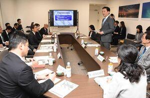 県総合教育会議で、新年度からの学校再開を示唆した山口祥義知事(右)=佐賀県庁