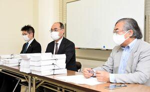 集まった決議の内容について説明する東島浩幸弁護士(中央)ら=佐賀市中央本町