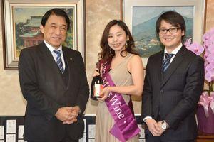 「ワインは今日だけしか飲めない毎日が特別な飲み物です」と横尾俊彦市長(左)にワインの魅力を語る2017ミスワインの済木南希さん(中)=多久市役所
