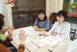 佐賀市のわいわいコンテナでセミナーを開催する飯田由美子さん(右)