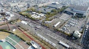 佐賀県総合運動場前をスタートするランナーたち
