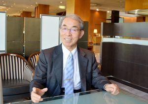 国際神経芽腫学会の特別功労賞に選ばれ、「国内の研究者の励みになれば」と話す中川原章氏=佐賀市