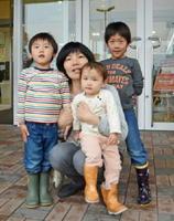 森智弥君、光代さん、愛美ちゃん、春真君(左から)=鳥栖市のフレスポ鳥栖前