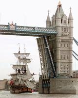 ロンドンのテムズ川のタワーブリッジをくぐる、復元された帆船「エンデバー」=1997年3月(AP=共同)