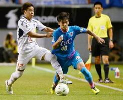 F東京戦で、競り合いながら突破をはかる鳥栖MF福田(右)=2日、鳥栖市のベストアメニティスタジアム
