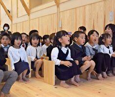 厳木さくらんぼの入園式で童謡「チューリップ」と「ちょうちょ」を歌う子どもたち