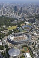 工事が進む新国立競技場(中央)。手前の円形屋根の建物は卓球会場の東京体育館。上は競技会場が集まる臨海部=7月