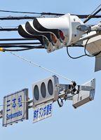 従来型(上)と比べ、薄くてシンプルなフラット型の車両用信号機=佐賀市高木瀬町の三本松交差点