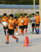 練習に励むソルニーニョFCの選手たち=唐津市浜玉町のひれふりの里グラウンド