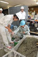 指導を受けながら製品検査を体験する佐賀農業高校の生徒ら=神埼市
