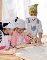 麺棒を使ってそばの生地をのばす子どもたち=みやき町の東寒水公民館