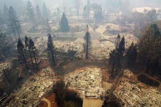 米加州山火事の死者66人に