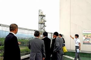 屋上から二酸化炭素分離回収装置を視察する箱根町議=佐賀市清掃工場