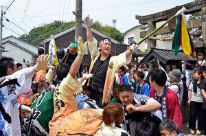 呼子大綱引で、懸命に綱を引く岡組の男衆=呼子町の三神社前