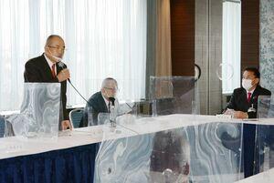 サガン鳥栖を側面から支援する方針を確認した佐賀県市長会の会合で、あいさつをする秀島会長=佐賀市のホテルニューオータニ佐賀