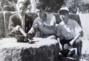 東京五輪の4年前、ローマ大会の採火式の視察で、現地スタッフから説明を受ける中島茂さん(左)=1960年、ギリシャ・オリンピア、池田宏子さん、剛さん提供)