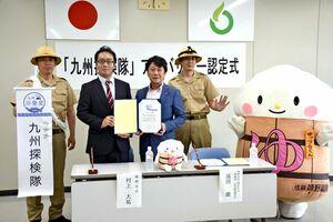 協定を結んだ嬉野市の村上市長と(左から2人目)と博多大丸の髙田取締役(同3人目)=嬉野市役所