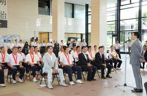 山口祥義県知事(左)から激励を受ける佐賀商ナイン=佐賀市の県庁