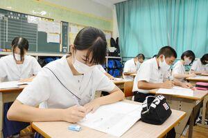 佐賀新聞1面コラム「有明抄」を集中して書き写す生徒=吉野ヶ里町の三田川中