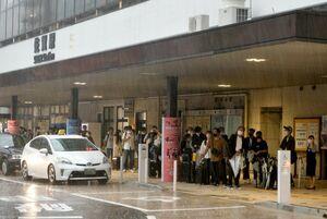 大雨の影響で交通が大きく乱れた佐賀市内。バスによる代替輸送を待つ乗客ら=13日午後3時26分、佐賀市のJR佐賀駅(画像の一部を加工しています)