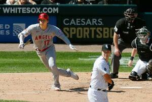 ホワイトソックス戦の5回、二塁内野安打を放つエンゼルス・大谷=シカゴ(共同)