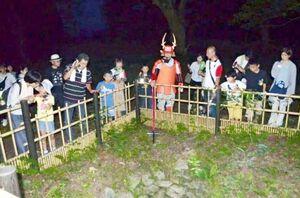 昨年のナイトミュージアムより。名護屋城跡三ノ丸の井戸跡を見学する参加者(名護屋城博物館提供)