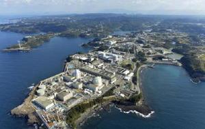 九州電力の玄海原発(手前)=10日午後、東松浦郡玄海町(共同通信社ヘリから)