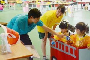 生徒らの指導で仕事体験を楽しむ子どもたち
