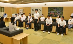 日本の次世代リーダー養成塾への参加を前に、抱負を述べる高校生たち=佐賀県庁