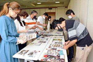 県内小中学校の広報紙に目を通すPTA広報担当者ら=佐賀市の佐賀新聞社
