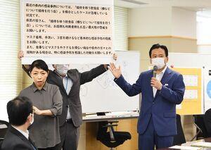 新型コロナウイルスの対策本部会議で、接客を伴う飲食店利用について警戒を呼び掛ける山口祥義知事(右)=3日午前、佐賀県庁