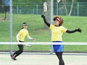 一般の部で優勝した山口ゆかり(左)、田栗美佐子組=佐賀市の森林公園庭球場