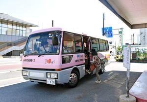 小城市運営の広域循環バス。運転免許を返納した市民は運賃が9月から1年間無料になる=小城市小城町