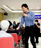 懐かしい曲を中心に歌い、お年寄りたちを喜ばせた黒沢博さん=伊万里市大坪町のグランパランいまり