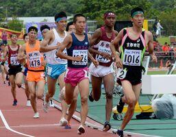 昨年のインターハイの陸上で、上位を目指して懸命に走る選手たち。今年はスポーツでの進学や就職を目指す3年生のアピールの場が失われている=2019年8月7日、沖縄県のタピック県総ひやごんスタジアム
