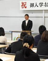 入学式後に開かれた定時制入学説明会であいさつする大島安博教頭=鳥栖市の鳥栖工高