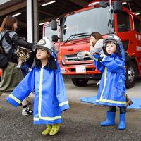 子ども用の防火衣をまとう子どもたち