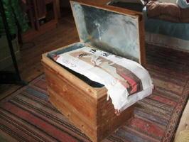 どうしても処分をためらうものを保管してきたお茶箱。振り袖などが昔のままの姿で現れた