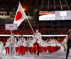東京五輪の開会式で旗手の八村塁(手前右)と須崎優衣(同左)を先頭に入場行進する日本選手団=23日夜、国立競技場