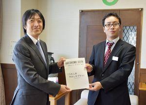 答申書を手渡した戸田会長(左)と村上市長=嬉野市役所