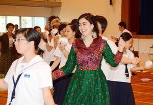 有田伝統の皿踊りで交流する中学生と国際ICのメンバー=有田町の有田中