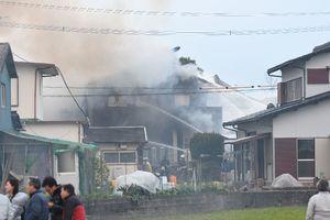 陸自ヘリが墜落し、炎上する民家=5日午後5時20分ごろ、神埼市千代田町嘉納