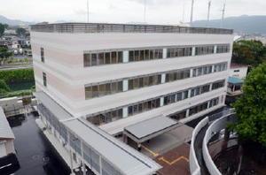 市役所横に完成した4階建ての「鹿島新世紀センター」。3~4階に県杵藤農林事務所が入る=鹿島市