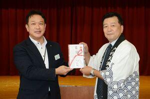 中田智章支社長(左)から助成金を受け取る前田一彦会長=有田町生涯学習センター