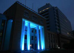新規感染者ゼロを表わす青色のライトアップが72日ぶりにともされた佐賀県庁=6日夜