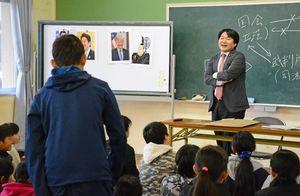 児童の質問に答える山下雄平参院議員=唐津市の成和小