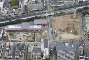 学校法人「森友学園」の小学校建設が進む取得用地(左)。右は豊中市が公園用地として購入した国有地=18日午後、大阪府豊中市(共同通信社ヘリから)