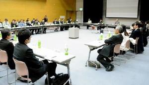 駅周辺整備構想の骨子案について議論を交わす50人委員会=佐賀市のエスプラッツ